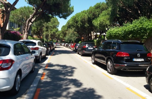 El uso del coche para ir a playa, baja un 15% en los últimos 3 años. Foto: Vilapress.