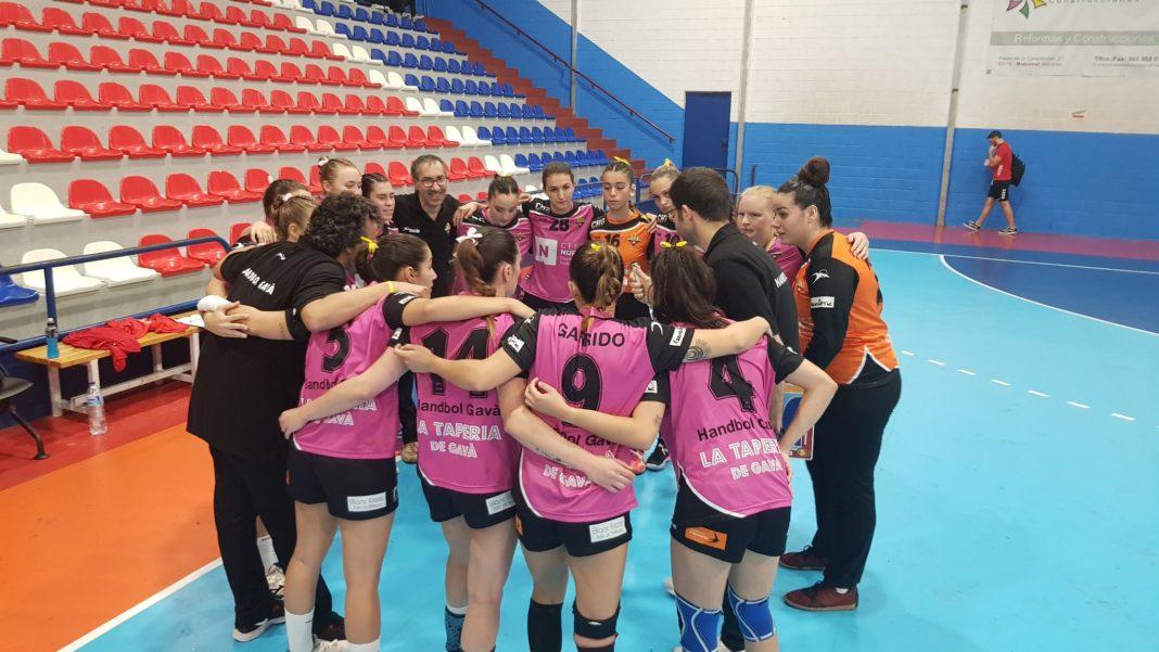 El equipo femenino del Handbol Gavà, obligadas a quitarse el lazo amarillo. Foto: CD Agustinos.