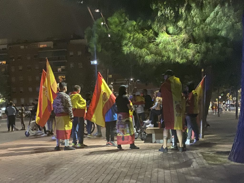 Presencia de una bandera preconstitucionalista durante la concentración.