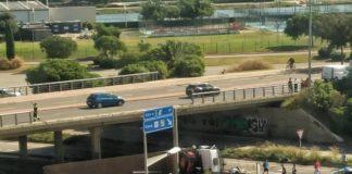 Un camión cae de un puente a la C-32 justo en la entrada de Gavà.