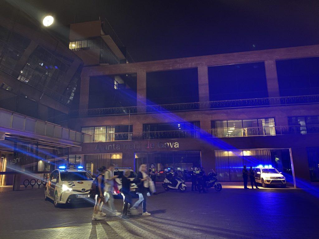Unidades de Mossos d'Esquardra y Policia Municipal atentos a la convocatoria.