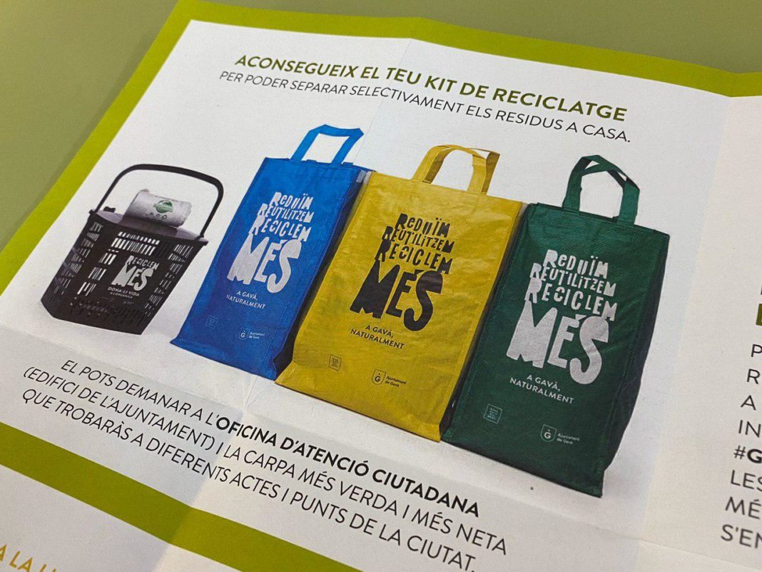 Folletos del Ayuntamiento promocionando el kit de reciclaje.