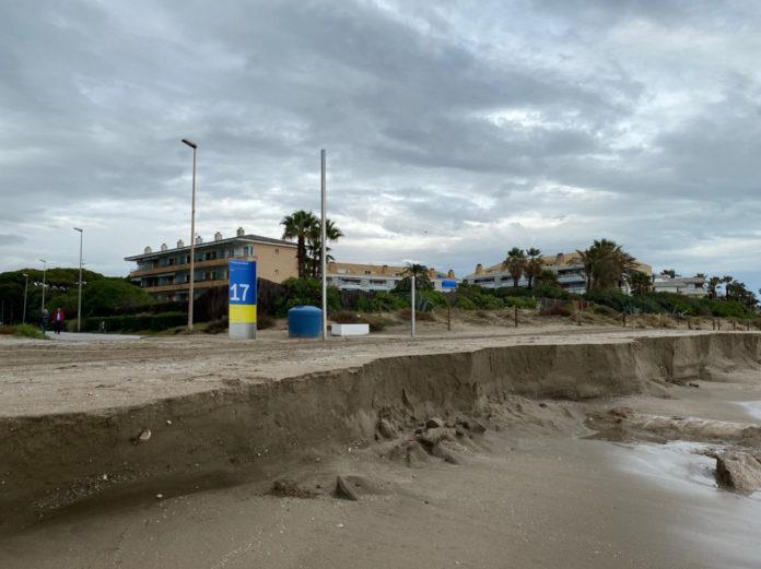 El temporal causa numerosos daños en la playa de Gavà.
