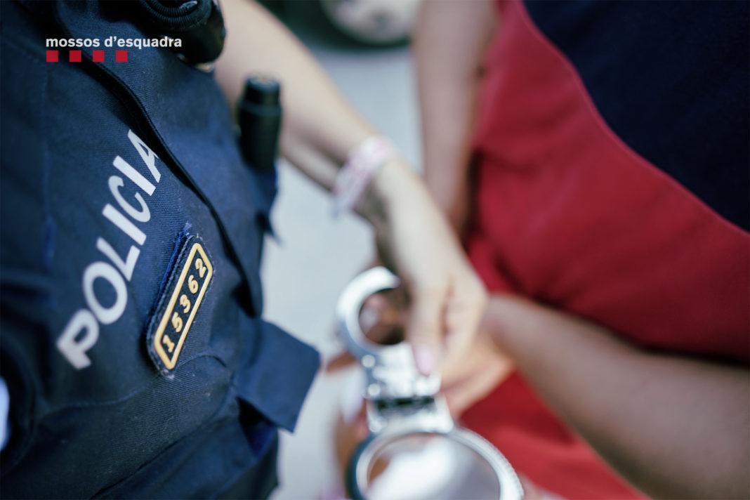 Se les detuvo poco después de cometer un robo en un piso de Castelldefels y se recuperó parte de los objetos sustraídos en este asalto.
