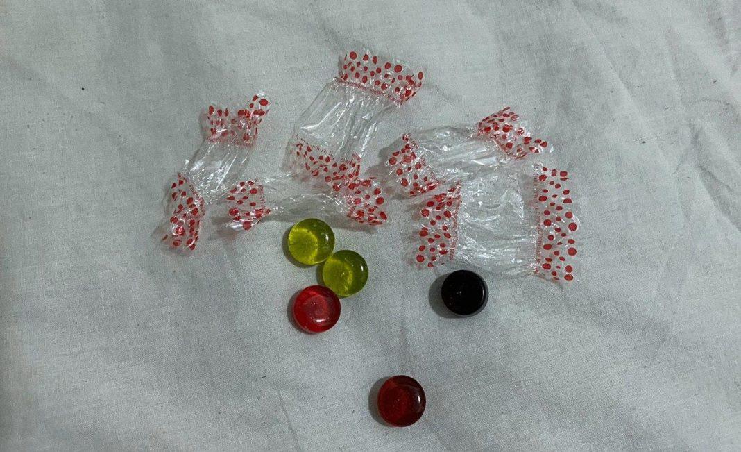 Caramelos de la cabalgata de Gavà con el envoltorio de plástico.