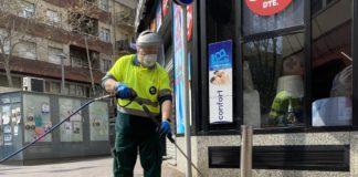 Trabajador de PRESEC limpiando y desinfectando en la Rambla.