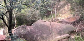 Roca desprendida en el camino hacia el Castell d'Eramprunyà.