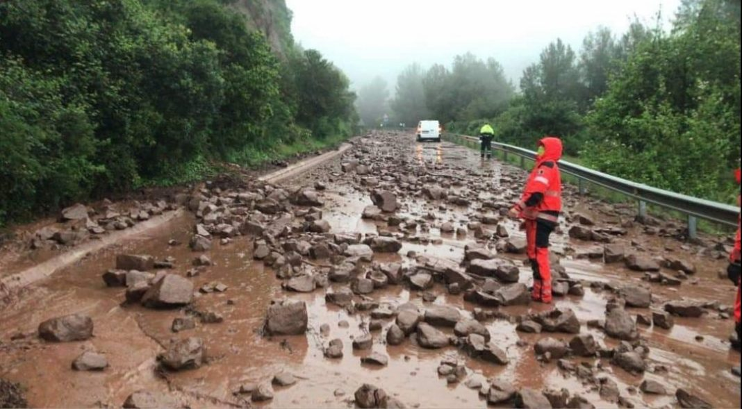 Estado de la carretera Gavà-Begues tras los deslizamientos de piedras y tierra.