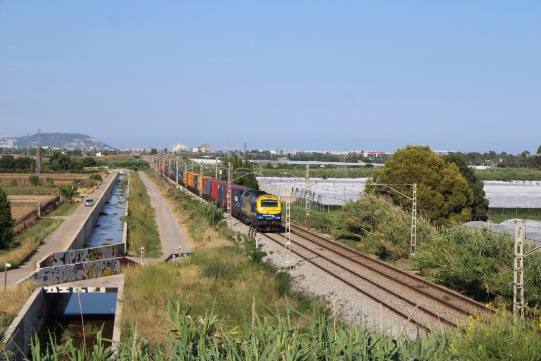 Tren de mercancías a su paso por Viladecans. Foto: @foskopolitano / GAVÀ INFO.