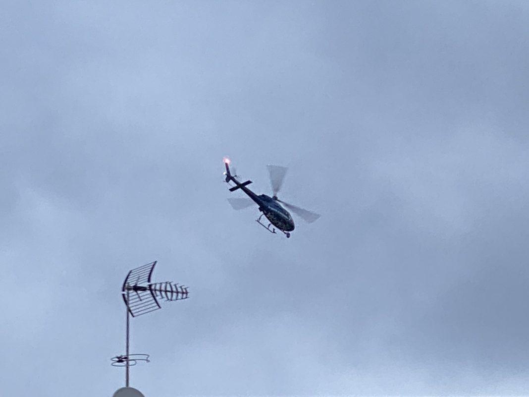 Helicóptero sobrevolando Can Sellarès.
