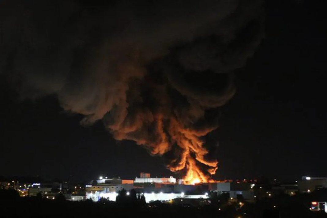 Imagen del incendio visto desde los municipios aledaños a la industria, situada en Granollers (foto: @cracia2).