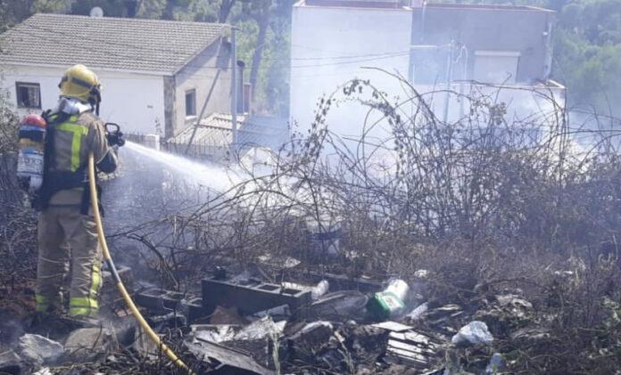 Bombero en el incendio de Ca n'Espinós. Foto: Agrupació de Defensa Forestal de Castelldefels.