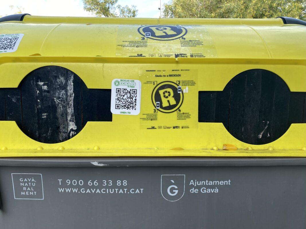 Código QR en un contenedor amarillo en la Riera de Sant Llorenç.