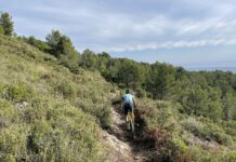 Un ciclista en el Camí Vell del Castell.