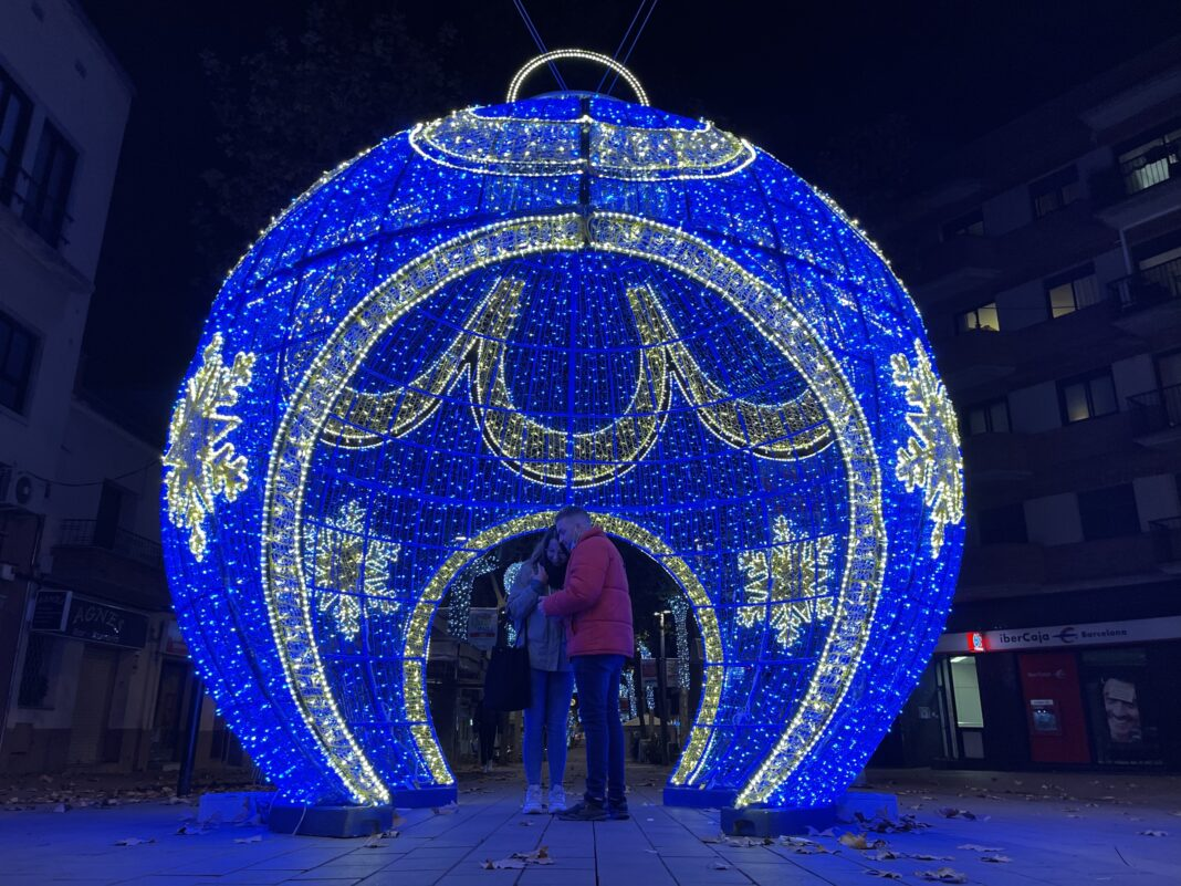 Dos personas se hacen una foto en la bola gigante de la Rambla.