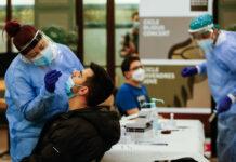 Personal sanitario haciendo tests de antígenos. Foto: Cèlia Atset.