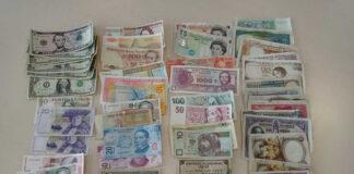 Monedas y billetes de coleccionista que habían robado en uno de los domicilios asaltados.