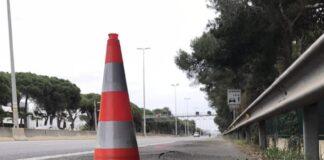 Un cono señaliza un tramo con baches en la C-31 sentido Barcelona, a la altura del British College of Gavà.