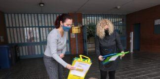 Una de las nuevas acciones ha sido el repartimiento de bolsas de reciclaje en las escuelas. Foto: Ayuntamiento de Gavà.