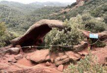 Roca Foradada con la valla de barras de hierro y una cuerda.