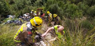 Agentes de Bomberos ayudando a retirar las pertenencias personales del vehículo. Foto: Bombers de Begues.