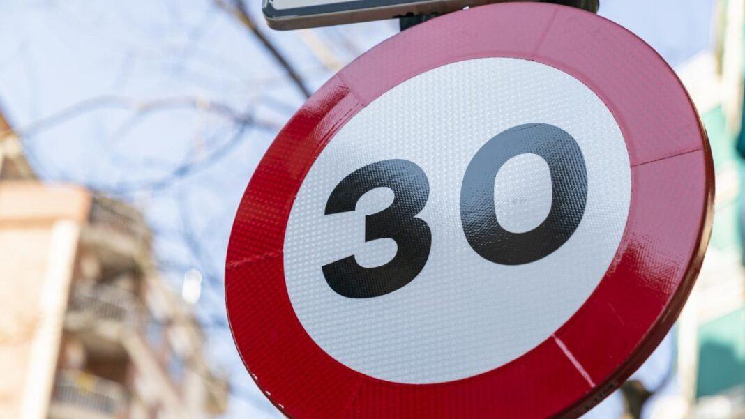 Señal de velocidad máxima a 30 km/h.