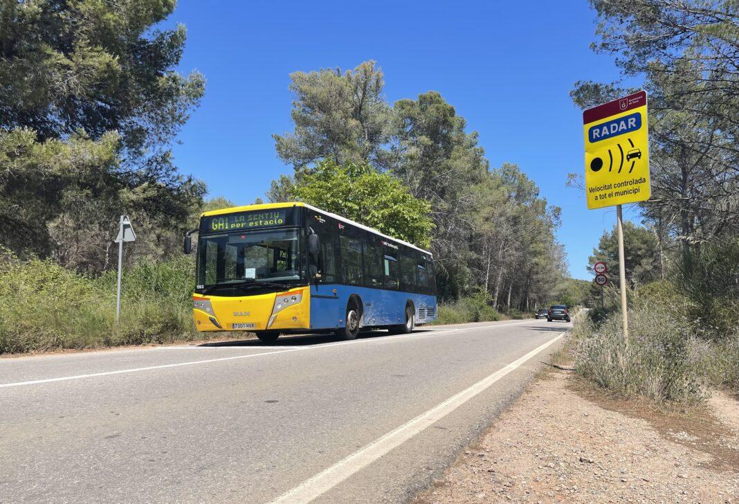 Un bus GA1 transitando por la carretera de la Sentiu.