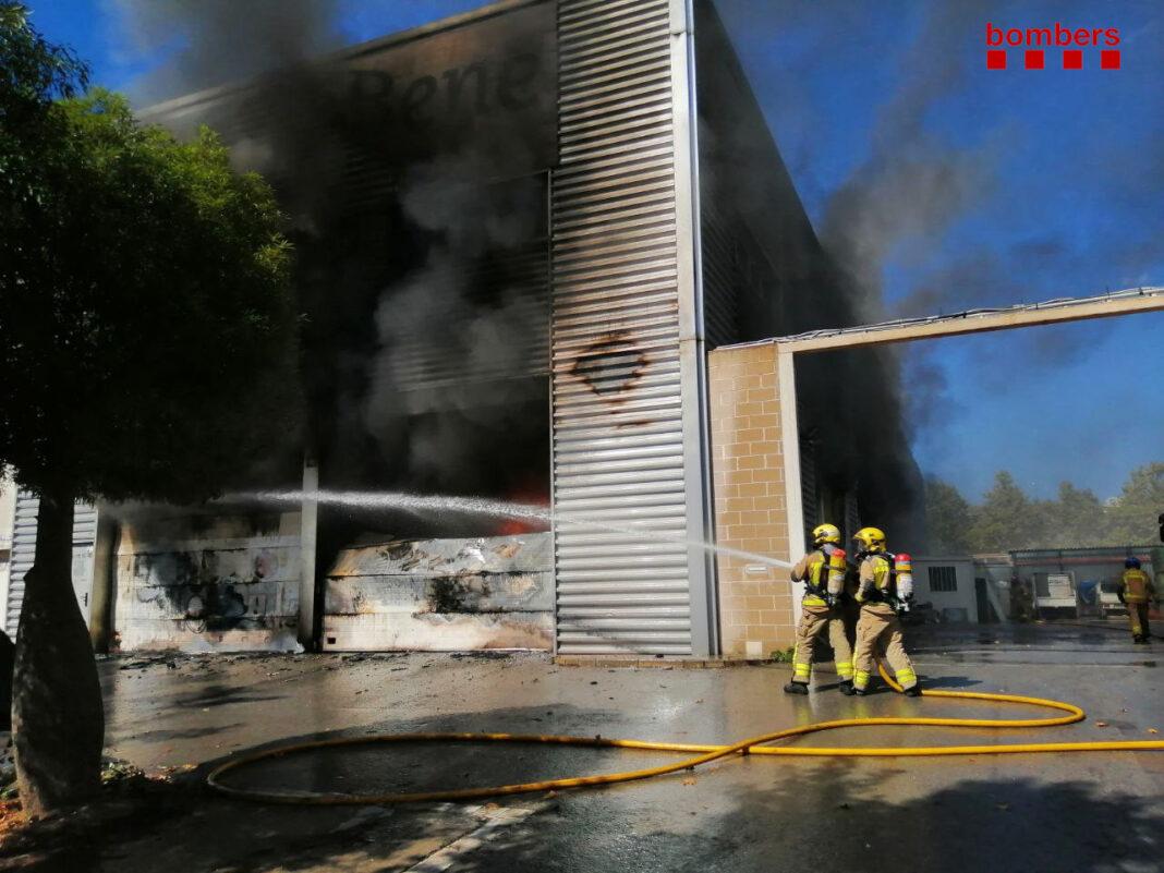Incendio en la nave industrial. Foto: Bombers de la Generalitat.