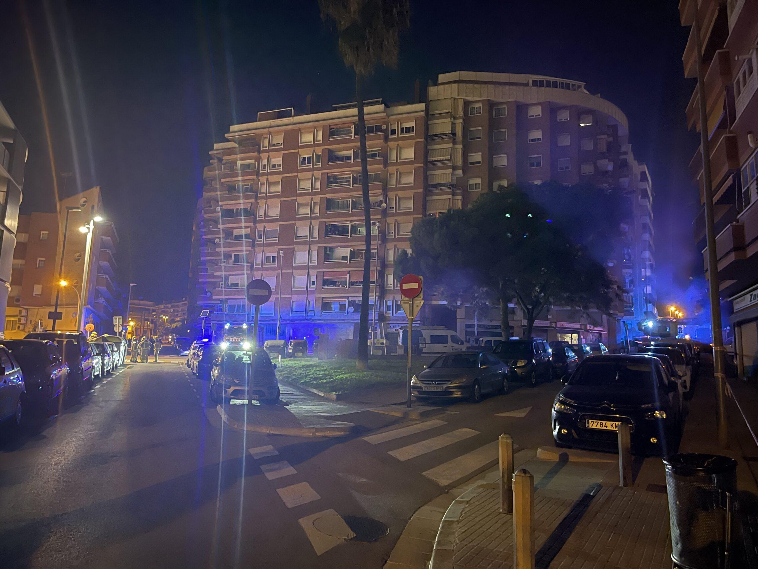 Bomberos trabajando en la avenida Joan XXIII con calle Begues.