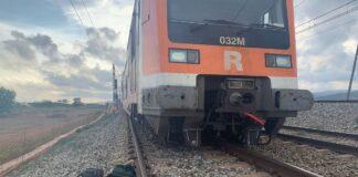 Tren que se ha salido de la vía cerca de la estación de El Prat. Foto: El Periódico.