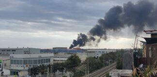 Columna de humo vista desde la ciudad.